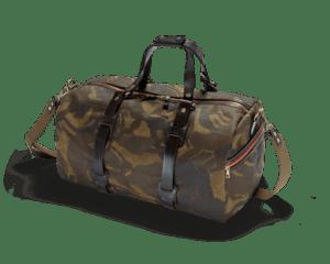 Eine gefüllte Range Duffle Holdall mit coolem Camouflage Look im Vordergrund