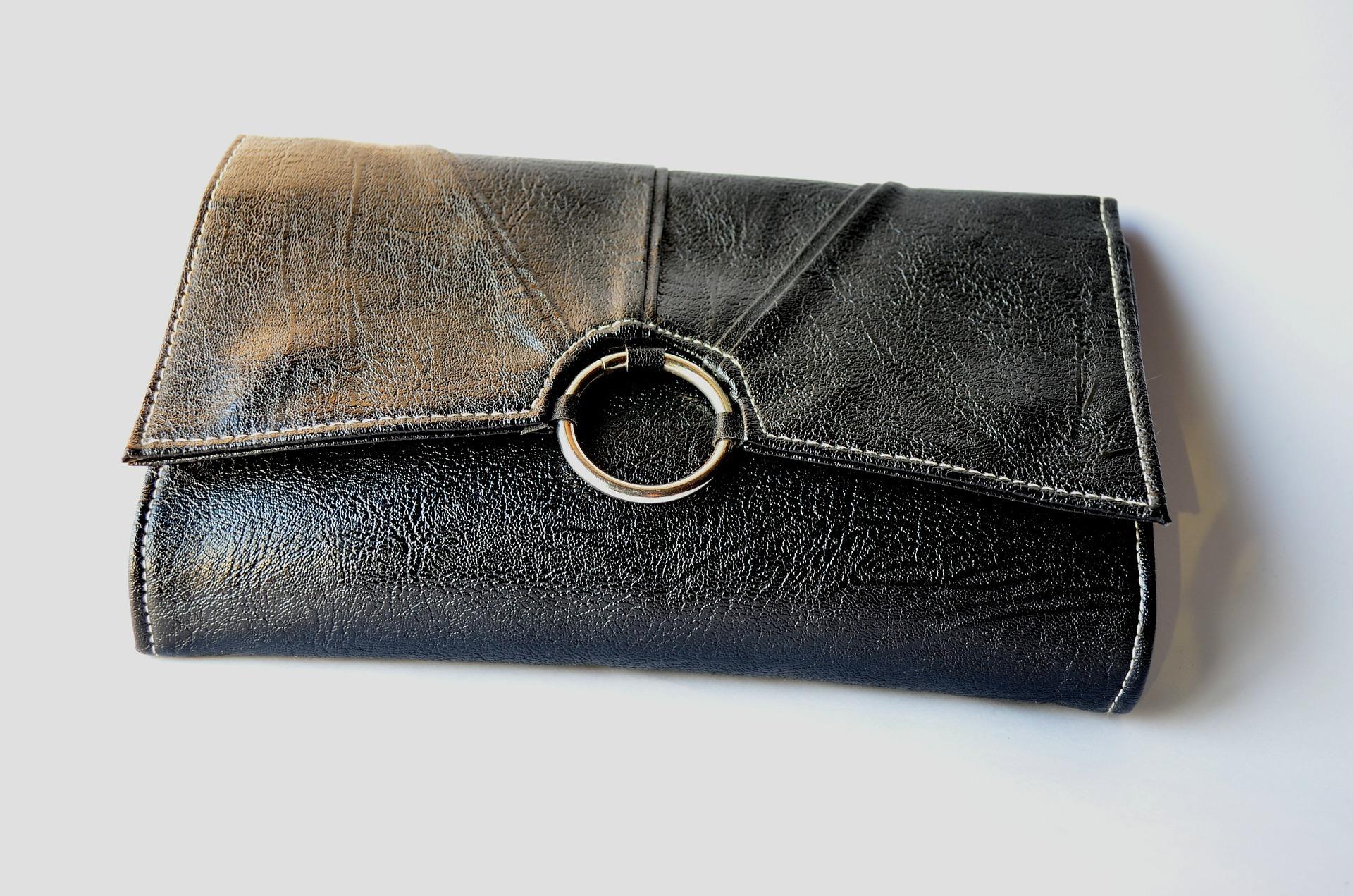 Eine schwarze Clutch Bag in der Frontalansicht