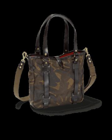 Eine lässige Handtasche mit Verschleierungsoptik des Militärs (camouflage)