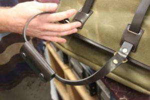 Laptoptasche in der Hand eines Täschners