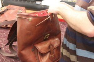 Ein brauner Lederrucksack von Croots