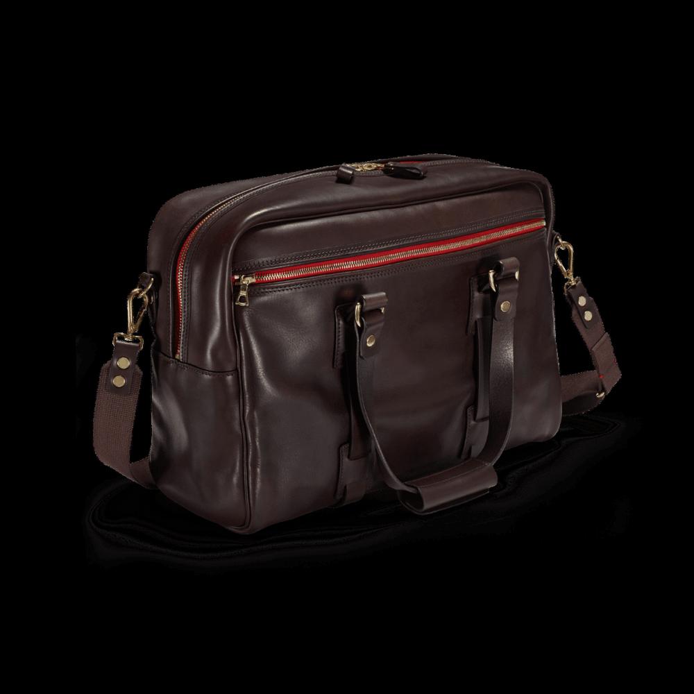 Die Reisetasche Vintage Leder Traveller in der Farbe Dark Brown im Vordergrund.